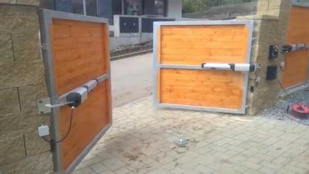 Фото с объекта - комплект автоматики для распашных ворот PHOBOS A25 KIT
