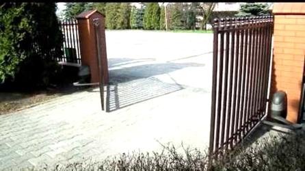 Фото с объекта - комплект AXOVIA 220 B NS автоматики Somfy для распашных ворот