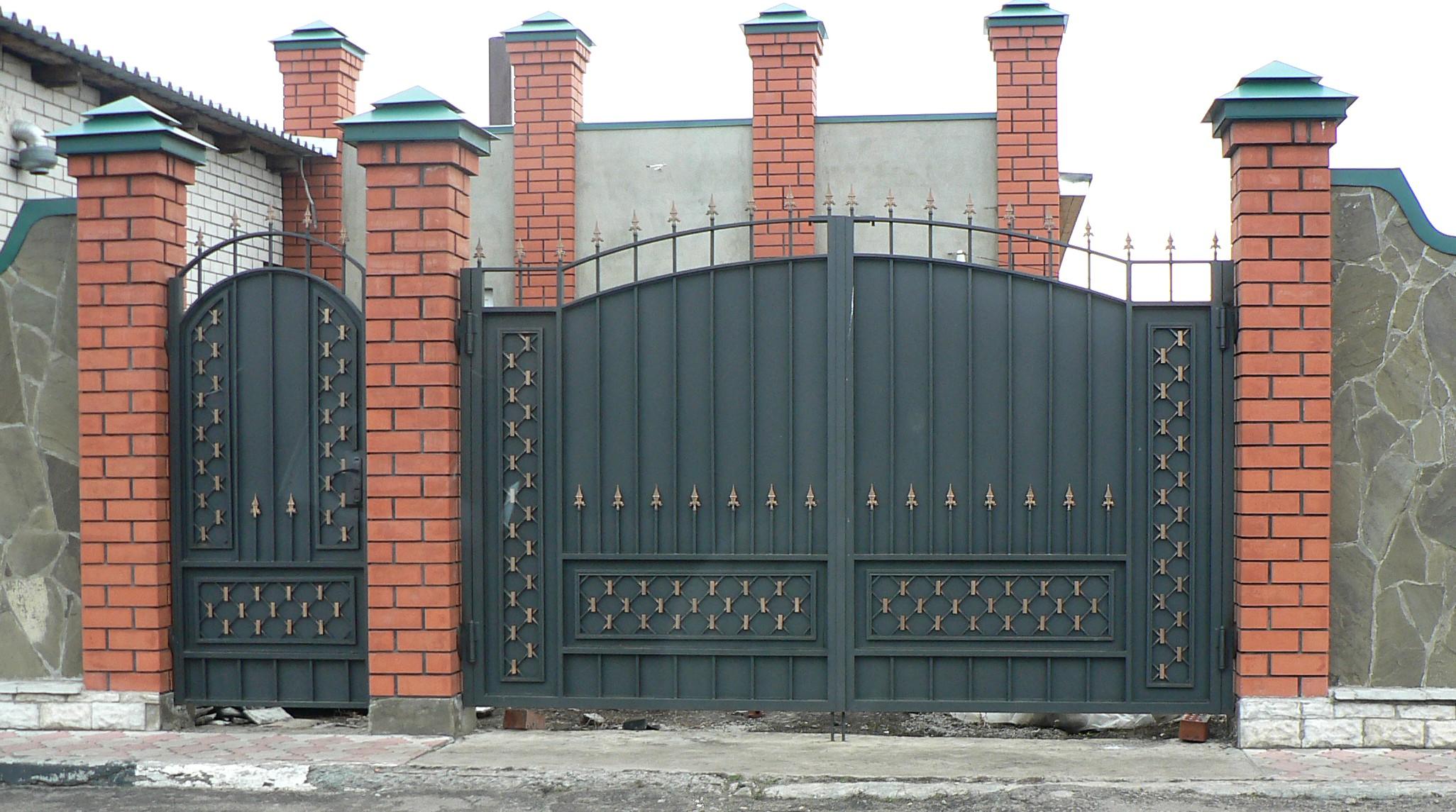 Входные ворота в частном доме своими руками